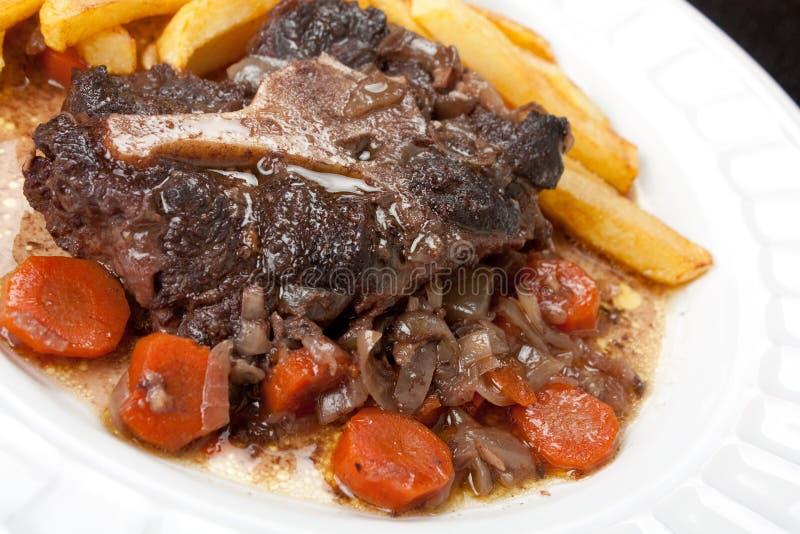 牛尾炖煮的食物用红萝卜和油炸物 免版税库存图片