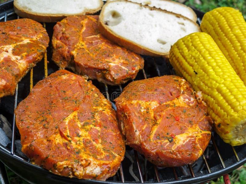 牛排、在玉米棒的面包和玉米 免版税库存图片