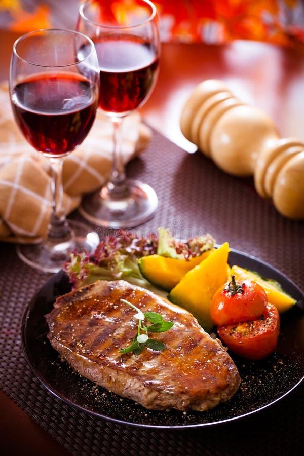 牛排和红葡萄酒 免版税图库摄影