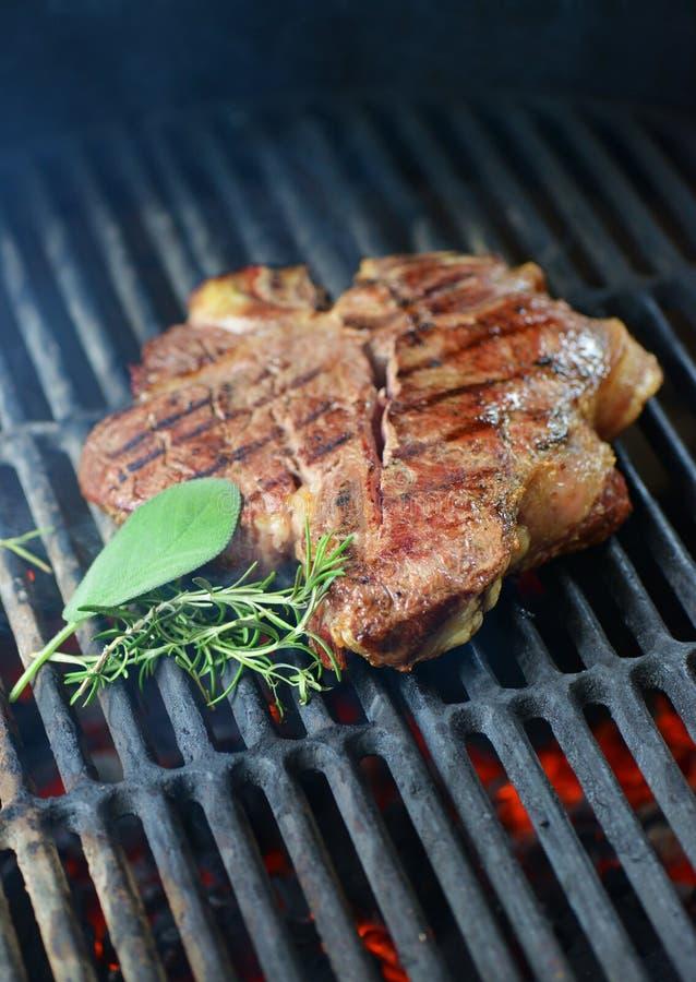牛排在bbq,佛罗伦丁的丁骨牛排烤了 免版税库存照片