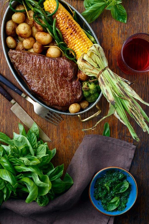 牛排油煎了玉米菜顶视图饭桌 库存照片