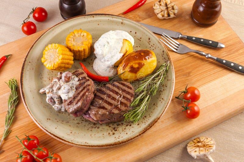 牛排用蘑菇、玉米土豆和调味汁 库存图片