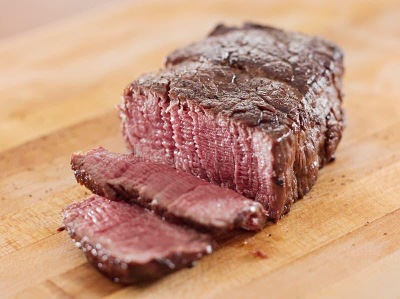 牛排-煮熟的内圆角牛肉被切的开放。 免版税库存照片