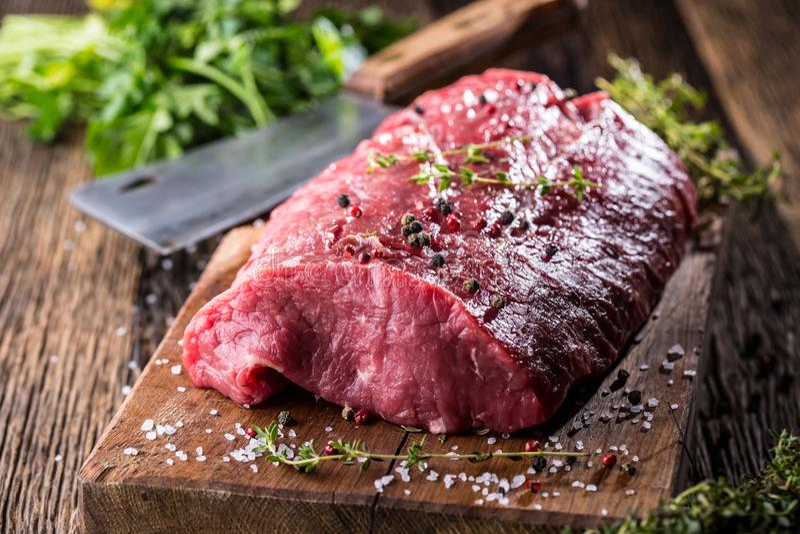 牛排 牛肉原始的牛排 在木板的大肋骨眼睛牛排有草本盐和胡椒的 库存图片