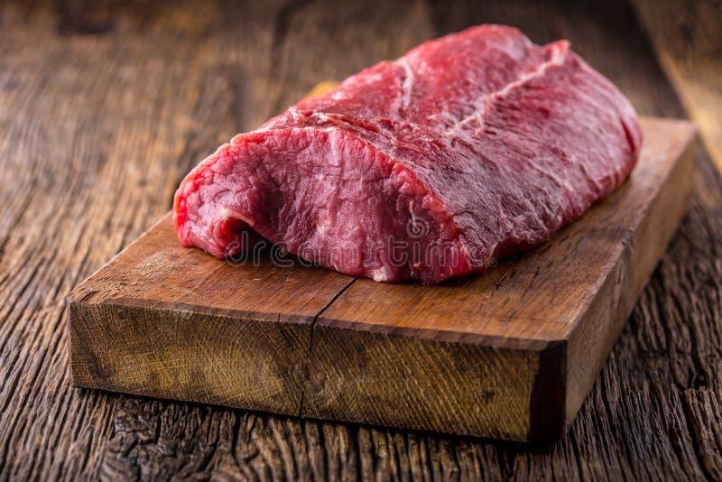 牛排 牛肉原始的牛排 在木板的大肋骨眼睛牛排 图库摄影