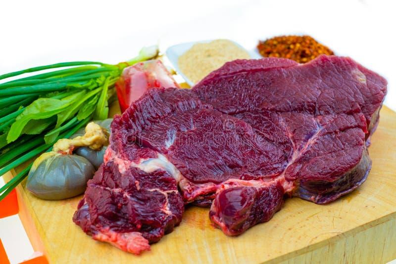 牛肉和香料烹调食谱的泰国食物的是辣剁碎的沙拉 库存图片