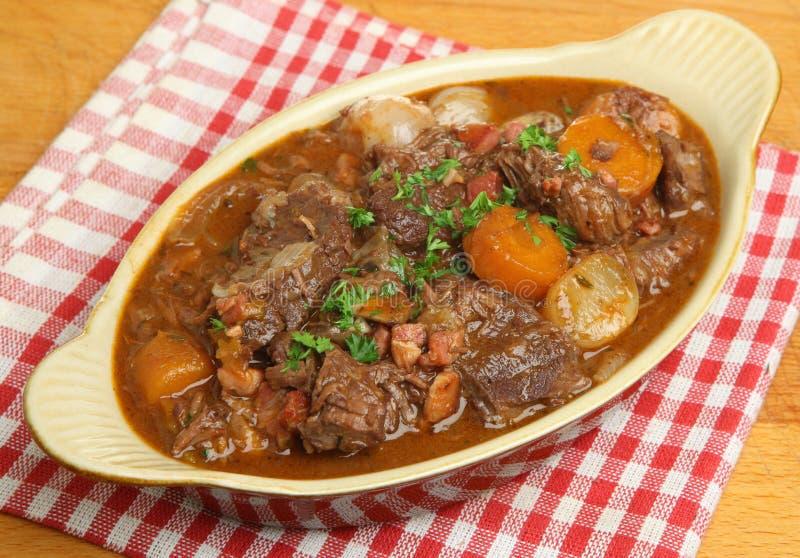 牛肉在大盘子的村镇炖煮的食物 库存图片