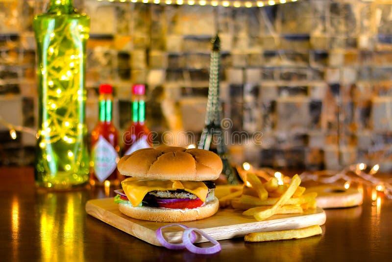 牛肉小馅饼乳酪汉堡用炸薯条 库存图片