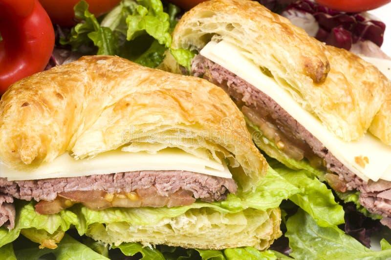 牛肉新月形面包美食的烘烤三明治 免版税库存图片