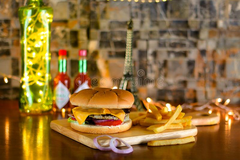 牛肉柏蒂汉堡用乳酪和炸薯条 库存图片