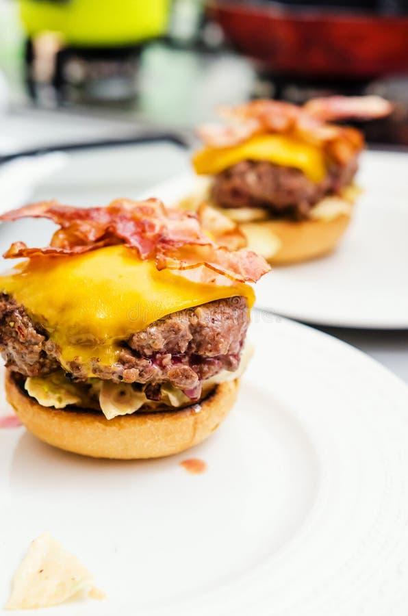 牛肉汉堡准备 免版税库存照片