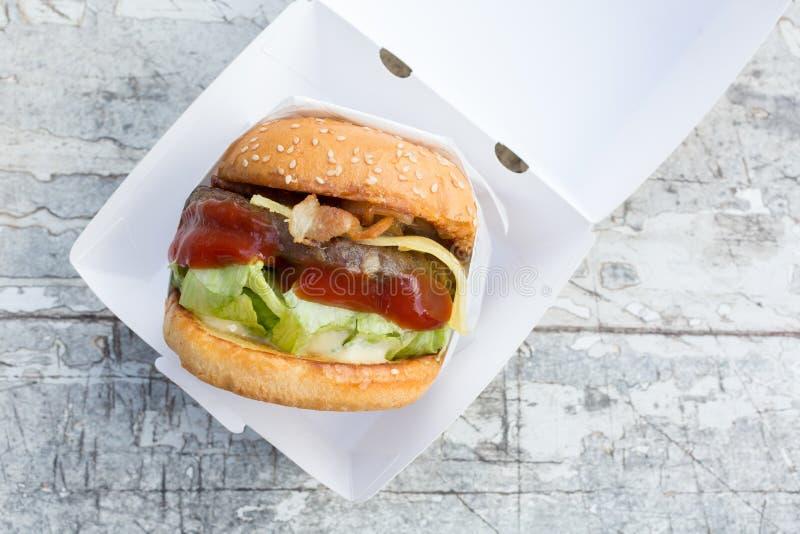 牛肉汉堡用乳酪和烟肉 免版税库存照片