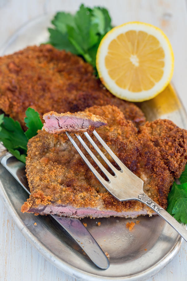 Download 牛肉炸肉排片断在叉子的 库存照片. 图片 包括有 没人, browne, 食物, 油炸物, 类似, 草本 - 72365294