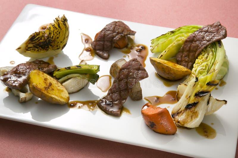 牛肉烤了用菜圆白菜、白薯、莲花和加州 库存照片