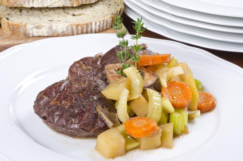 牛肉煮熟的服务的小腿慢的蔬菜 免版税库存照片