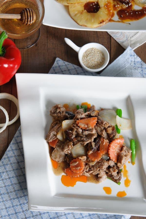 牛肉用在白色盘的牡蛎调味汁 库存照片