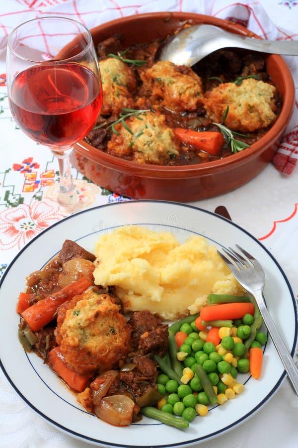 牛肉碗服务炖煮的食物垂直 免版税库存照片