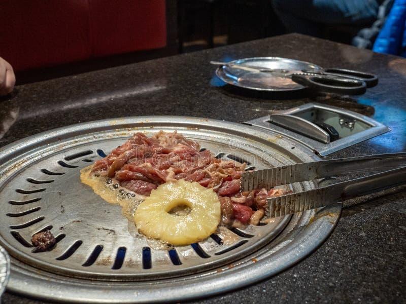牛肉bulgogi韩国烤肉用菠萝在黑暗的smokey餐馆 库存图片