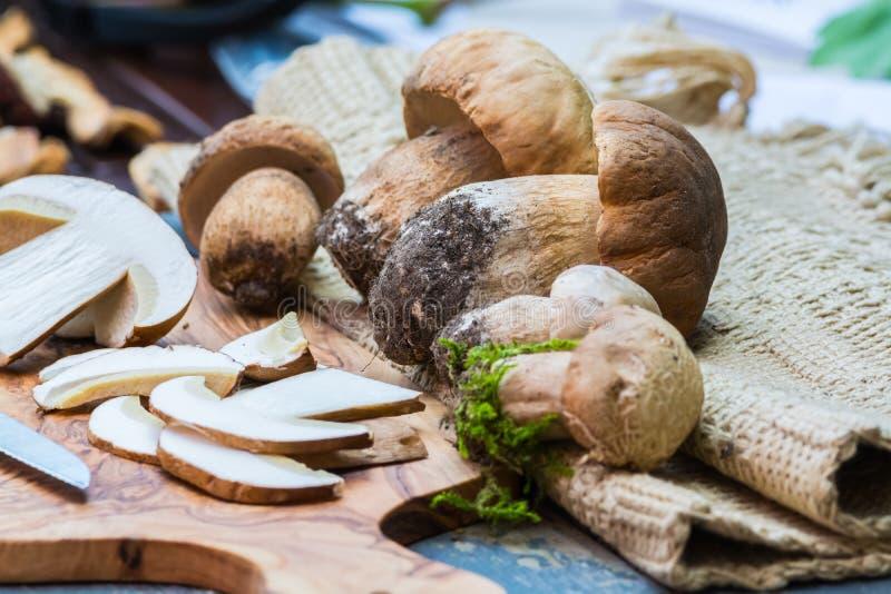 牛肝菌蕈类可食(国王牛肝菌)在一张木桌上 库存照片