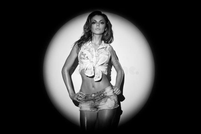 牛仔布牛仔裤短裤和夹克的美好的妇女身体 图库摄影