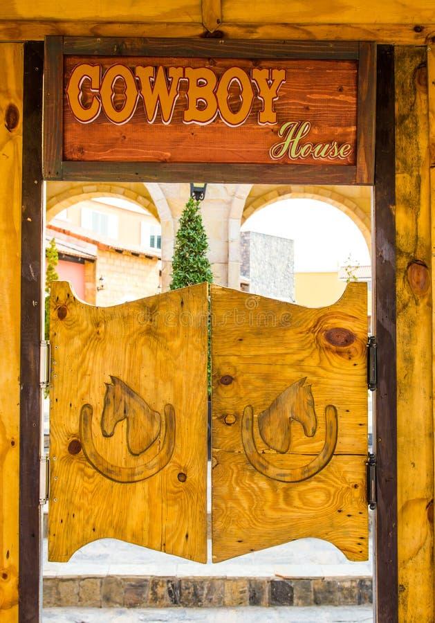 牛仔样式木头门 免版税库存照片