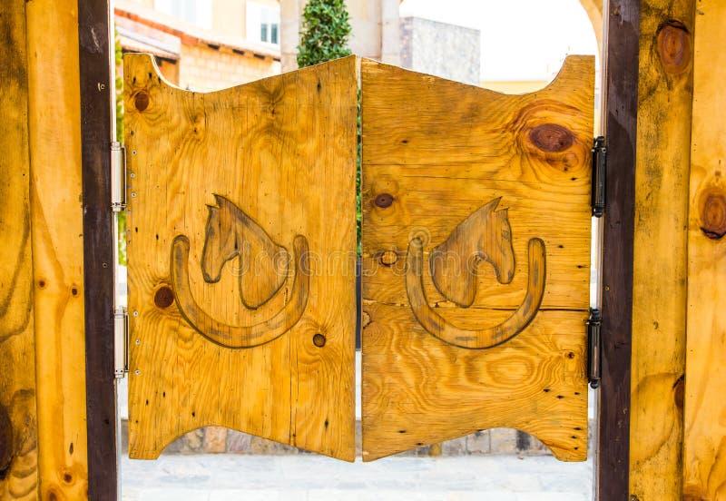 牛仔样式木头门 库存照片