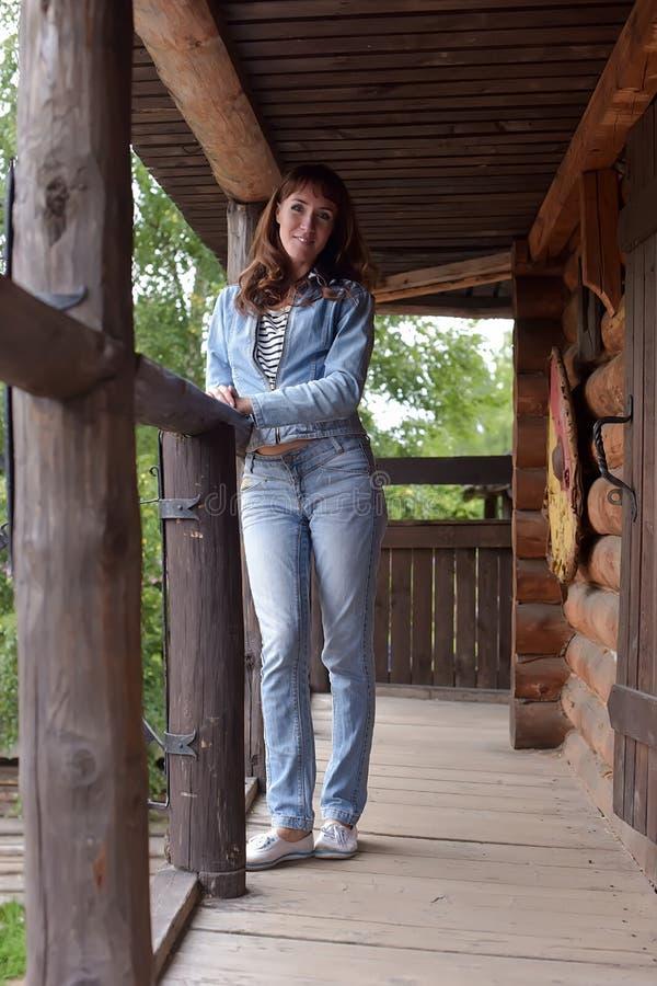 牛仔裤和牛仔布夹克的妇女 免版税库存照片