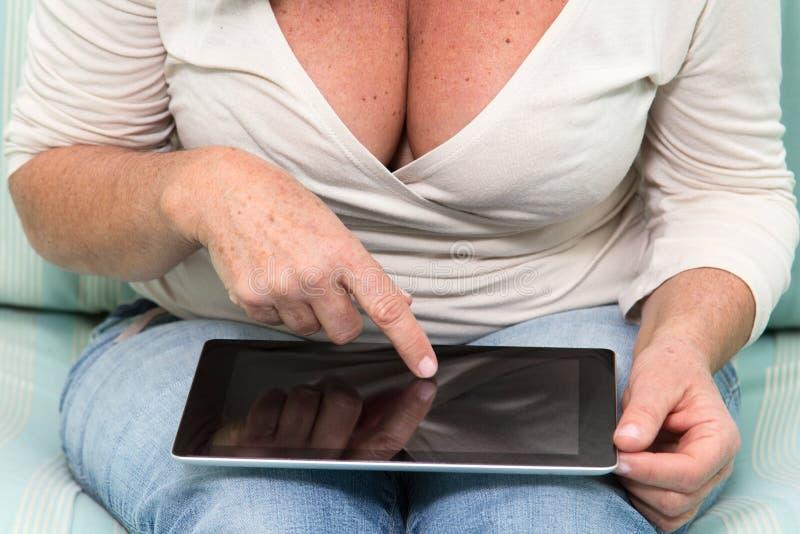使用表个人计算机的妇女 免版税图库摄影