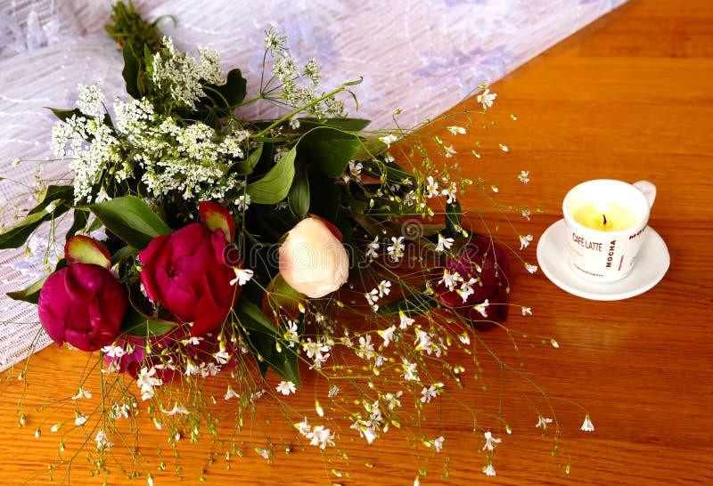 Download 牡丹五颜六色的花束在桌上的 库存照片. 图片 包括有 空白, 浪漫, 花束, 活动, 本质, 开花, 牡丹 - 72365760