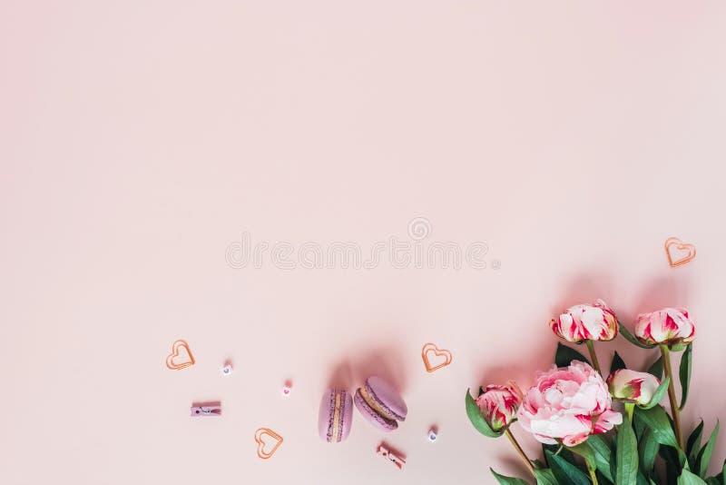 牡丹和蛋白杏仁饼干花束与心脏 库存图片