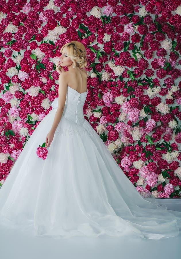 牡丹背景的新娘 免版税库存照片