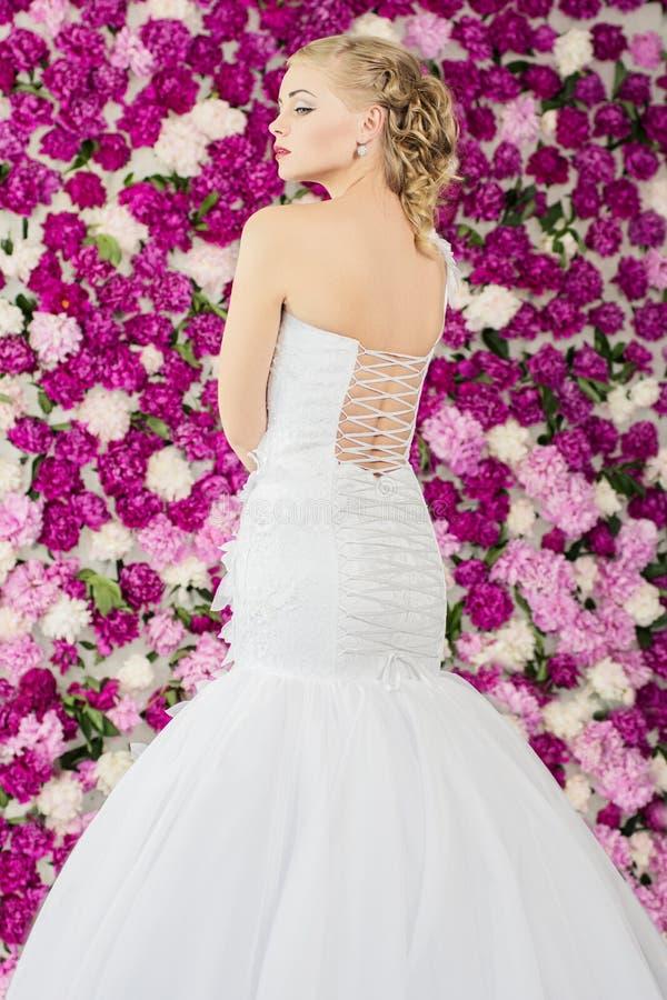 牡丹花背景的新娘 免版税图库摄影