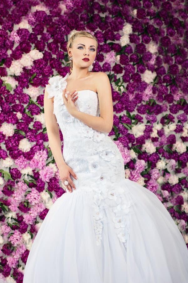 牡丹花背景的新娘 图库摄影