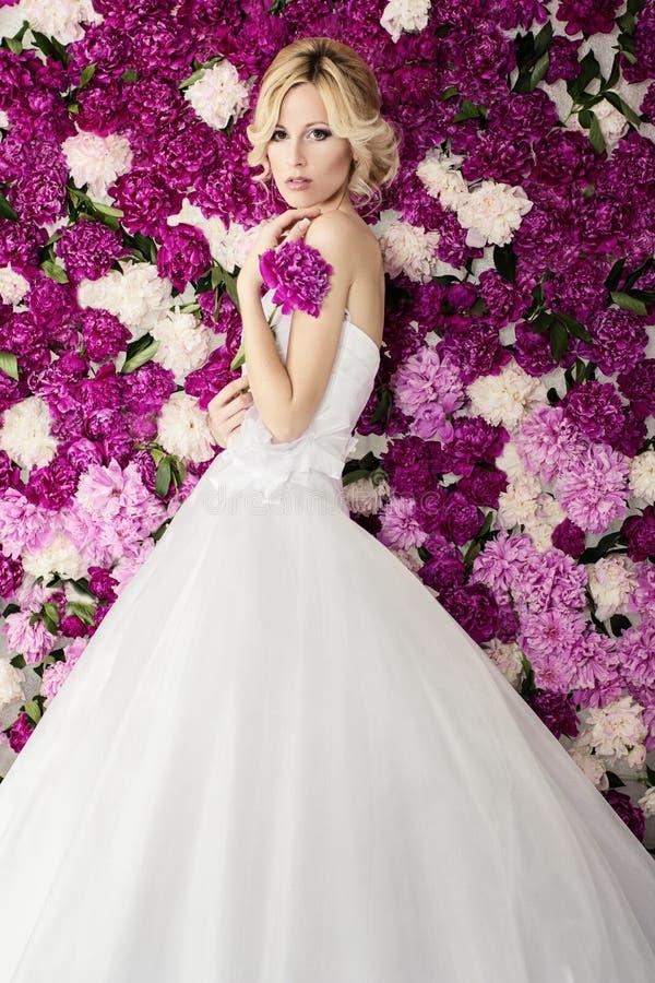 牡丹花背景的新娘 库存图片
