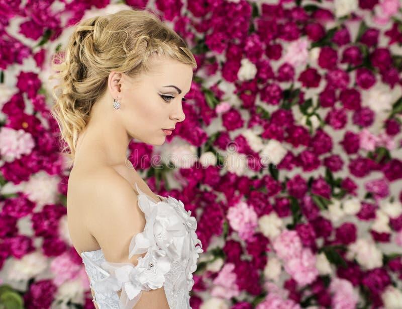 牡丹花背景的新娘 库存照片