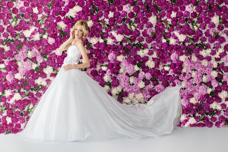 牡丹花背景的新娘 免版税库存图片