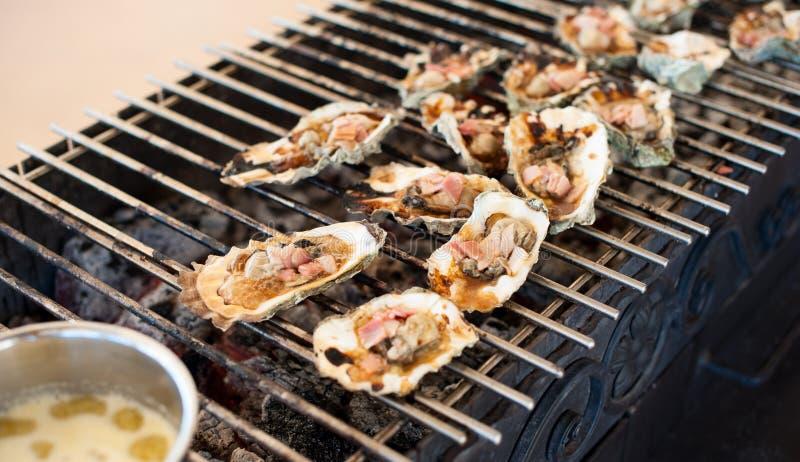 牡蛎在格栅被烹调 图库摄影