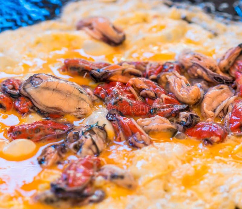 牡蛎淡菜和煎蛋卷用辣味番茄酱 免版税库存图片
