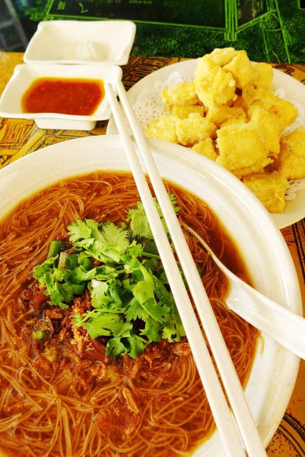 台湾街道盘,牡蛎细面条&油煎了有臭味的豆腐 库存照片