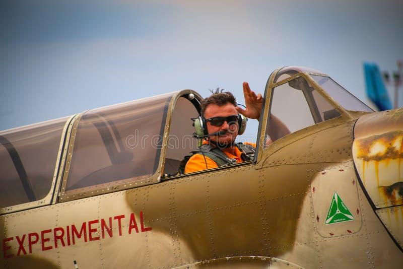 牦牛52飞机的飞行员从队Iacarii Acrobati的向人群致敬 免版税图库摄影