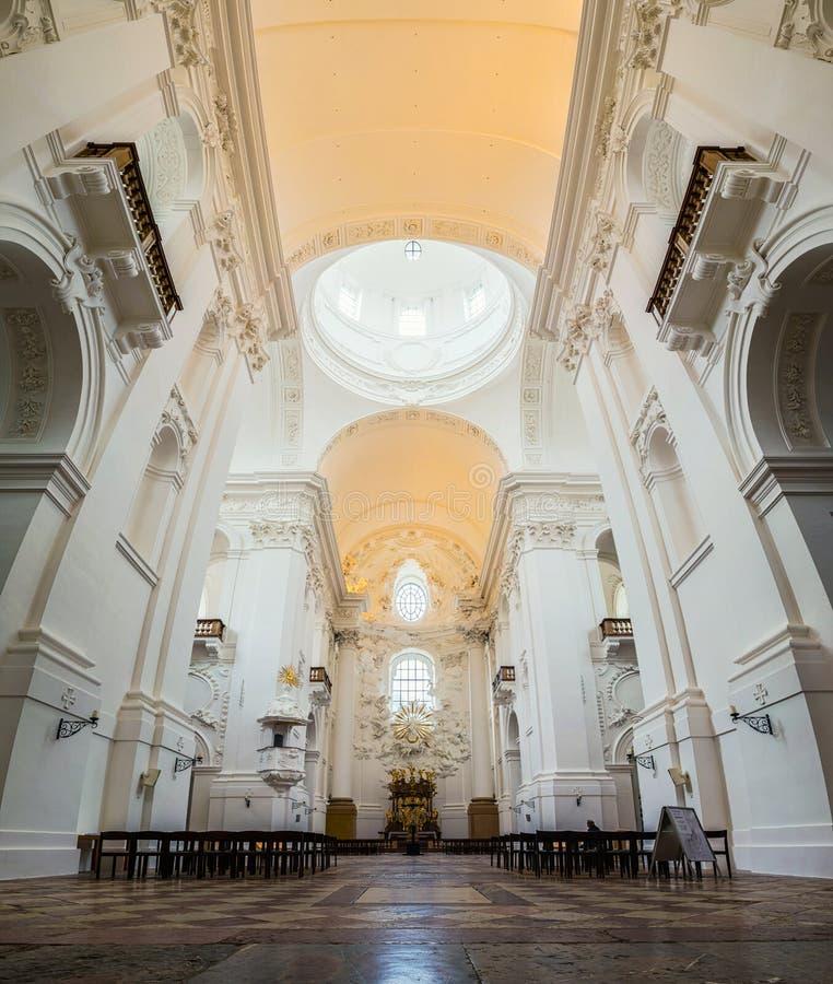 牧师会主持的教堂内部在萨尔茨堡 免版税库存照片