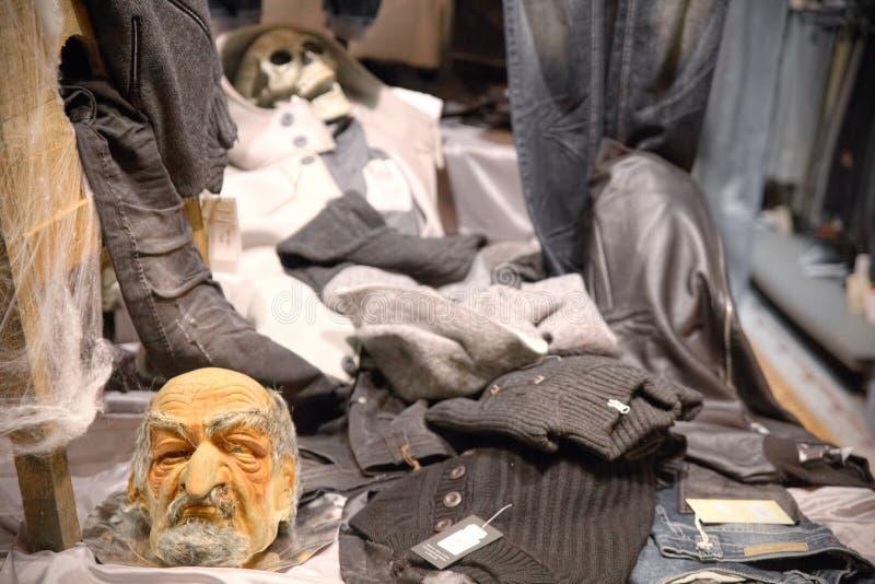 购物一家商店的死,讽刺陈列室万圣夜夜  库存照片