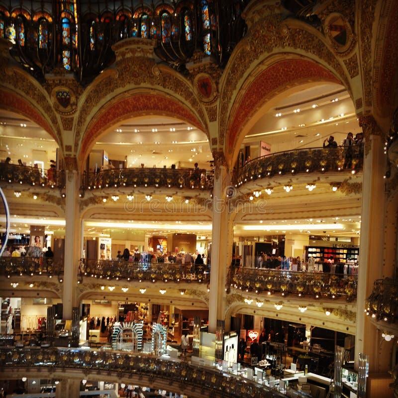 巴黎购物中心商店购物的美丽的欧洲 免版税库存图片
