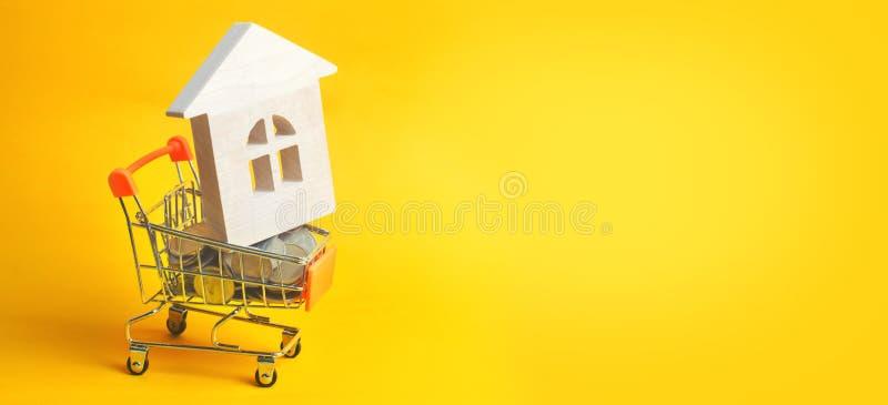 物产投资和房子抵押财政概念 买,租赁和卖公寓 庄园舱内甲板房子实际租金销售额 硬币和木 免版税库存图片