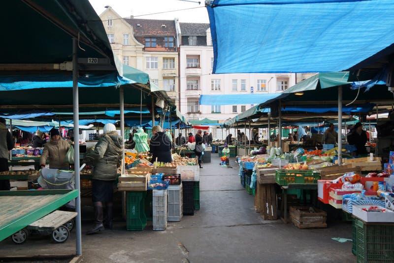 购物人在一个市场上在波兹南 图库摄影