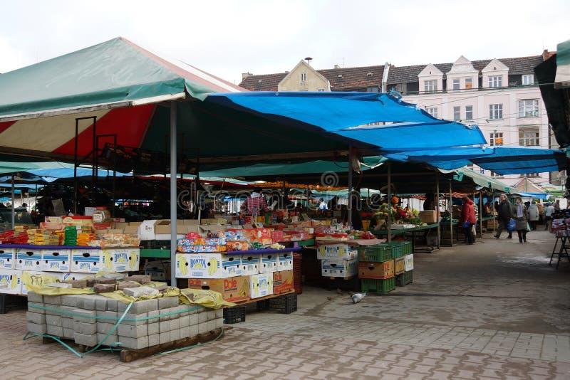 购物人在一个市场上在波兹南 免版税库存照片