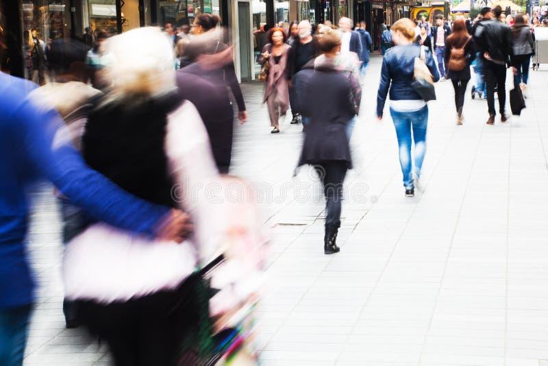 购物人在城市 库存图片