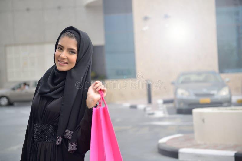 从购物出来的Emarati阿拉伯妇女 免版税库存照片