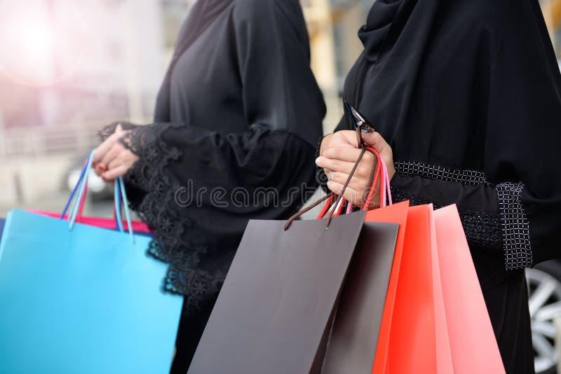 从购物出来的Emarati阿拉伯妇女 库存图片