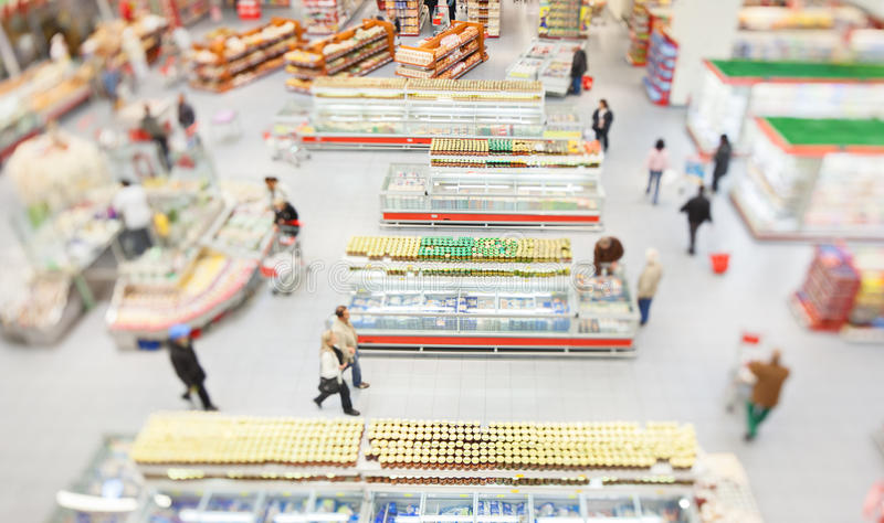 购物在一个大超级市场的人们 免版税库存图片